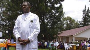 Le Dr Denis Mukwege pose devant l'hôpital de Panzi (Bukavu, RDC), le 18 mars 2015. (MARC JOURDIER / AFP)