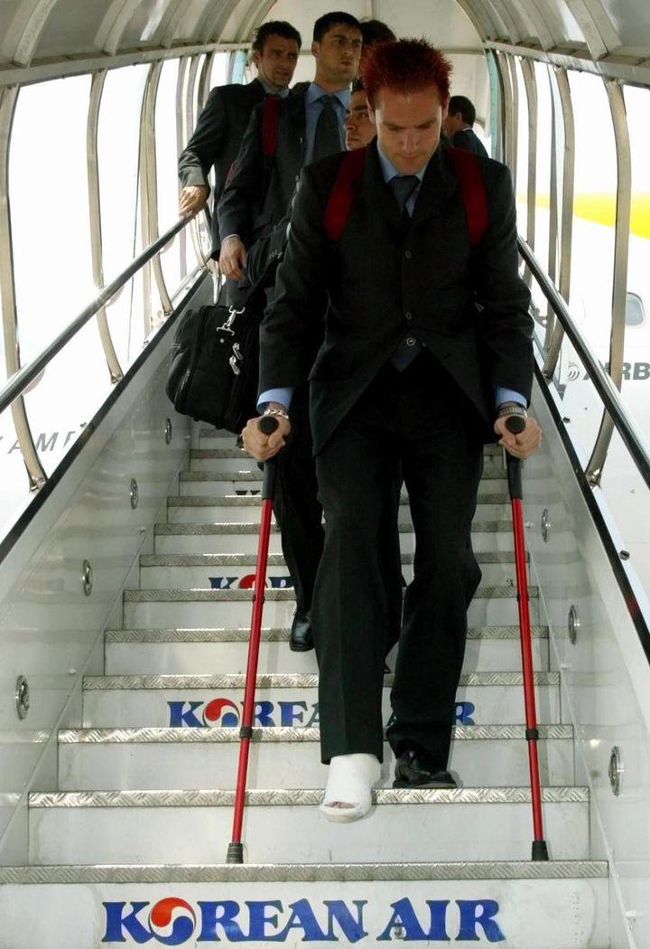 Le gardien de but espagnol Santiago Canizares à sa descente d'avion, en Corée du Sud, le 21 mai 2002. ( / X00213)