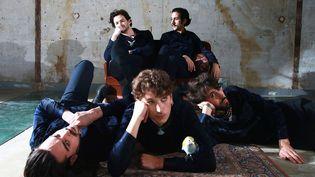 Feu! Chatterton en 2018 : Clément, Antoine, Raphaël (au sol), Sébastien et Arthur (assis).  (Barclay)