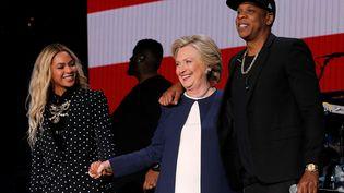 Les chanteurs Beyoncé et Jay-Z aux côtés d'Hillary Clinton, le 4 novembre 2016, à Cleveland (Ohio). (BRIAN SNYDER / REUTERS)