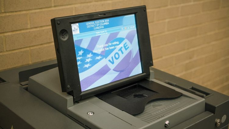 Une machine à voter installée dans un bureau de Washington, en novembre 2016, à l'occasion de l'élection présidentielle américaine. (SIMON GUILLEMIN / HANS LUCAS / AFP)