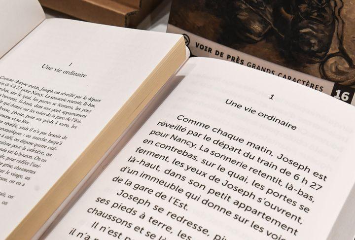 Pages d'un livre photographié dans la librairie Grands Caractères, Paris 2021 (ALAIN JOCARD / AFP)