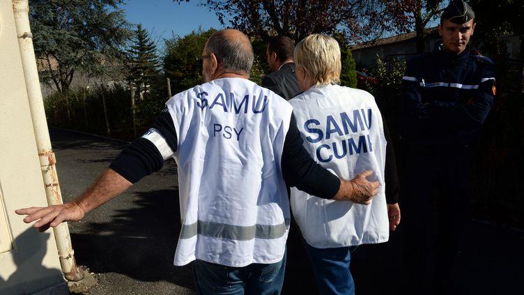 Un psychologue du Samu arrive le 23 octobre 2015 à Puisseguin, près de Libourne, dans le Sud-Ouest de la France après l'accident qui a fait 43 morts entre un car et un camion, le 23 octobre 2015. (MEHDI FEDOUACH / AFP)
