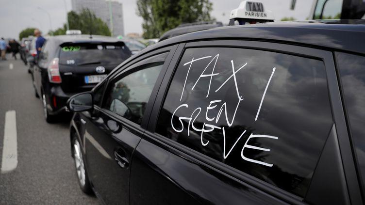 Un taxi en grève sur le périphérique parisien le 20 mai 2019.  (THOMAS SAMSON / AFP)