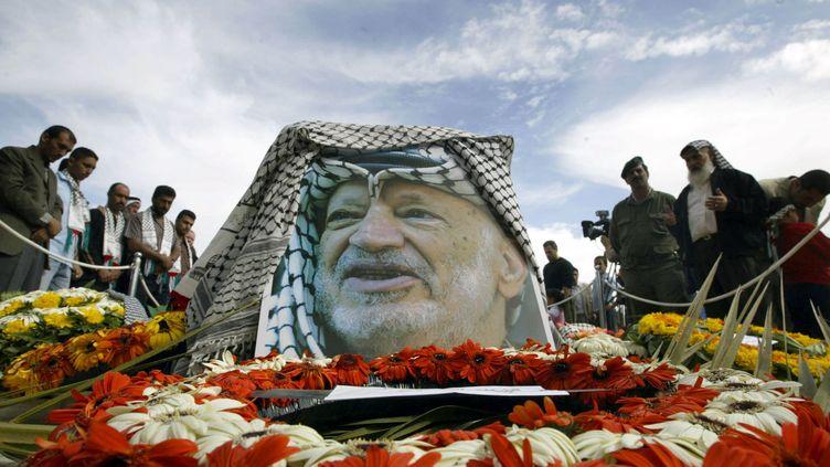 La tombe de Yasser Arafat, à la Mouqataa, l'ancien siège du pouvoir palestinien, à Ramallah, le 13 novembre 2004, au surlendemain de la mort du leader de l'OLP. (AWAD AWAD / AFP)