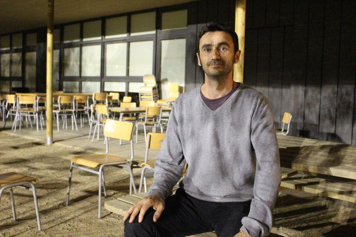Pierre, un parent d'élève, dans l'école Dels Encants de Barcelone, dans la soirée du vendredi 29 septembre 2017. (ROBIN PRUDENT / FRANCEINFO)