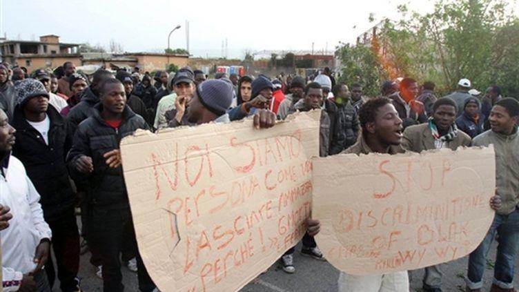 Des travailleurs immigrés qui manifestent à Rosarno, une ville du sud de l'Italie, le 8 janvier 2010. (AFP Photos)