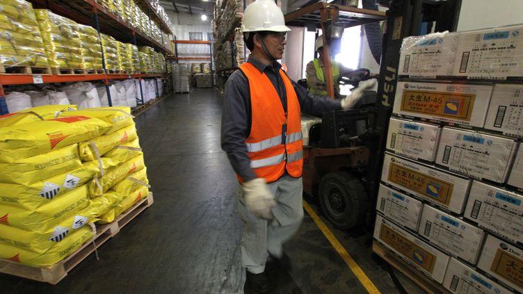 """Un employé de Dow AgroSciences à Nantong (Chine), le 30 mai 2011. L'entreprise développe un désherbant contenant à la fois du 2,4-D et duglyphosate, classés """"peut-être"""" et """"probable""""cancérogènes par l'OMS. (HUANG ZHE / XINHUA / AFP)"""