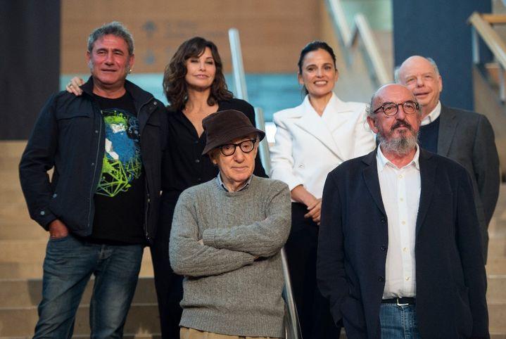Woody Allen (devant à gauche) et le directeur de Mediapro Jaume Roures (devant à droite) avec l'équipe de son prochain film, (de gauche à droite) l'acteur espagnol Sergi Lopez, l'actrice américaine Gina Gershon, l'actrice espagnole Elena Anaya et l'acteur américain Wallace Shawn. (ANDER GILLENEA / AFP)