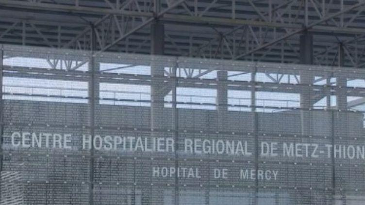 Le personnel soignant est en première ligne face à l'épidémie de coronavirus. Un sixième médecin est décédé dans le Grand Est. La directrice de l'hôpital de Metz-Thionville alerte et demande de l'aide. (FRANCE 3)