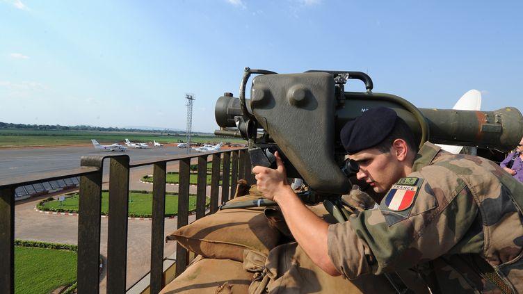 Un soldat français participe à une mission de sécurisation à l'aéroport de Bangui, en Centrafrique, le 1er décembre 2013. (SIA KAMBOU / AFP)
