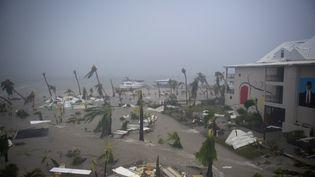 Un hôtel ravagé à Marigot, sur l'île de Saint-Martin, le 6 septembre 2017, après le passage de l'ouragan Irma.  (LIONEL CHAMOISEAU / AFP)