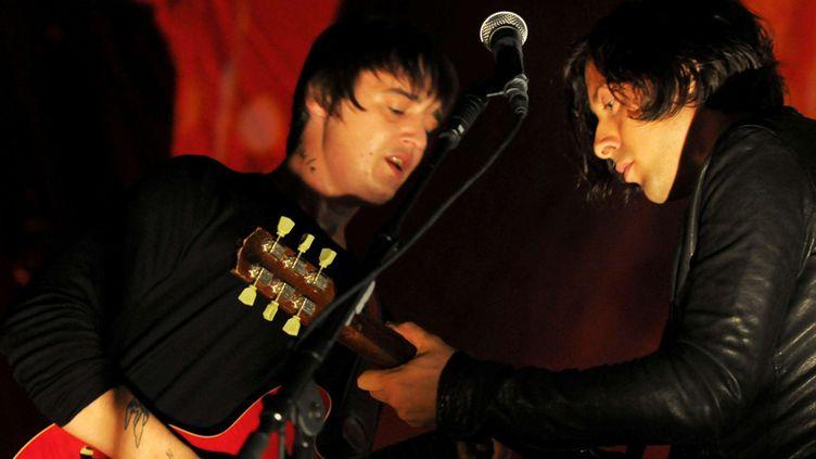 Pete Doherty et Carl Barât, des Libertines, sur scène le 25 août 2010 à Londres  (Rex Features / Sipa)