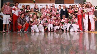 Les médaillés olympiques russes de retour de Londres posent à l'aéroport deSheremetyevo, à Moscou (Russie), le 13 août 2012. (ANTON DENISOV / RIA NOVOSTI)