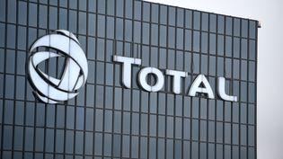 Le siège de Total à la Défense, dans les Hauts-de-Seine, le 23 janvier 2018. (ERIC PIERMONT / AFP)