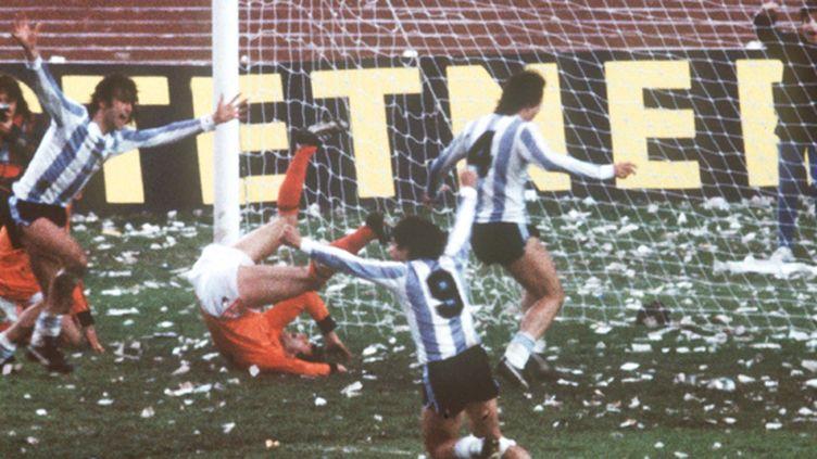 Mario Kempes (à gauche) inscrit le deuxième but argentin qui libère le public de Buenos Aires en finale de la Coupe du monde en 1978