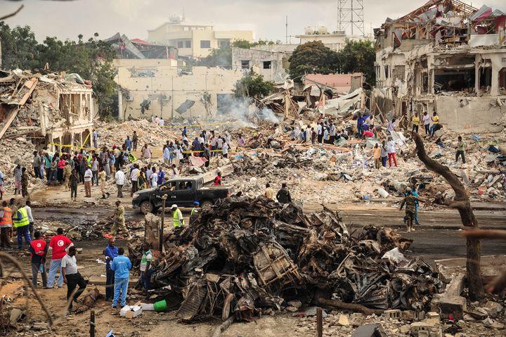 Sur les lieux de l'attaque au camion piégé qui a fait plus de 500 morts le 14 octobre 2017 à Mogadiscio.Celle-cin'a pas été revendiquée, mais on suspecte les islamistes shebabs d'en être à l'origine. Il s'agit de l'attentat le plus meurtrierde l'histoire de la Somalie. (MOHAMED ABDIWAHAB / AFP)