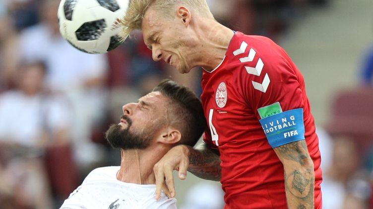 L'attaquant des Bleus Olivier Giroud face au défenseur danois Simon Kjær, le 26 juin 2018 au stade Loujniki de Moscou (Russie). (KENICHI UNAKI / YOMIURI)