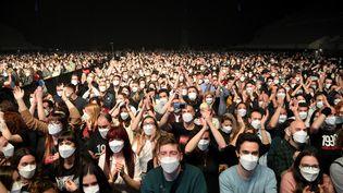 Un concert debout et avec masque avait été organisé à Barcelone en Espagne en mars 2021. (LLUIS GENE / AFP)