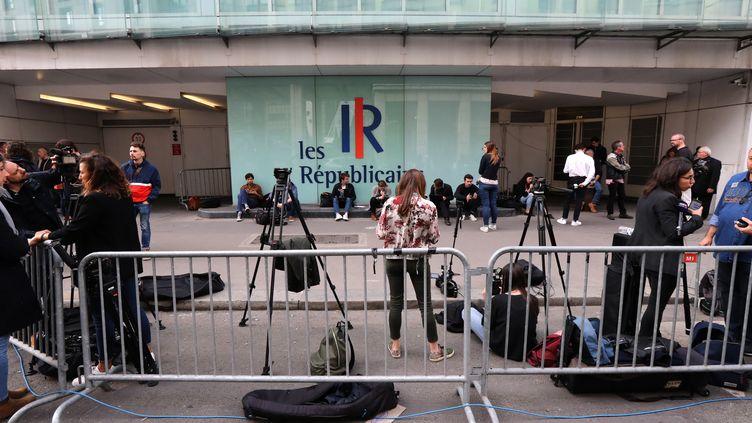 Des journalistes attendent devant le siège des Républicains, le 27 mai 2019,à Paris. (JACQUES DEMARTHON / AFP)