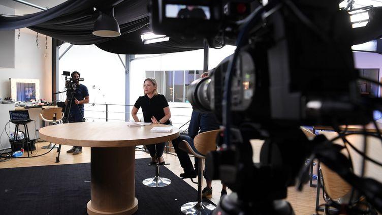 La journaliste Aude Lancelin (au centre), sur le plateau du Média, le 18 septembre 2018 à Montreuil (Seine-Saint-Denis). (ALAIN JOCARD / AFP)
