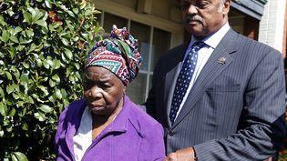La mère du premier patient diagnostiqué avec Ebola aux Etats-Unis, le 7 octobre 2014, à Dallas (Texas), accompagnée le révérend jesse Jackson. (JIM YOUNG / REUTERS)