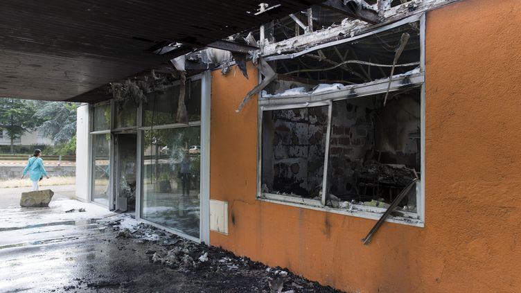 Le centre médical de Breil (Nantes) incendié le 4 juillet 2018 après les émeutes en réactionà la mort d'Aboubacar Fofana, 22 ans, tué lors d'un contrôle de police dans la nuit du 3 juillet 2018. (SEBASTIEN SALOM GOMIS / AFP)