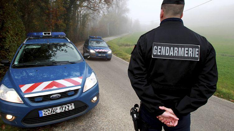 Des gendarmes contrôlent des automobilistes à Foulayronnes (Lot-et-Garonne), après le meurtre d'un couple, mercredi 2 décembre. (MAXPPP)