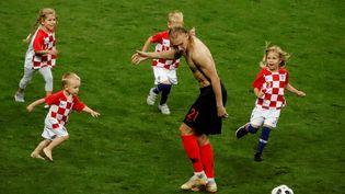 La récréation. Le Croate Domagoj Vida joue avec son enfant et ceux de ses coéquipiers, après la qualification de la Croatie pour la finale de la Coupe du monde aux dépens de l'Angleterre (2-1), le 11 juillet à Moscou. (SEBNEM COSKUN / ANADOLU AGENCY / AFP)