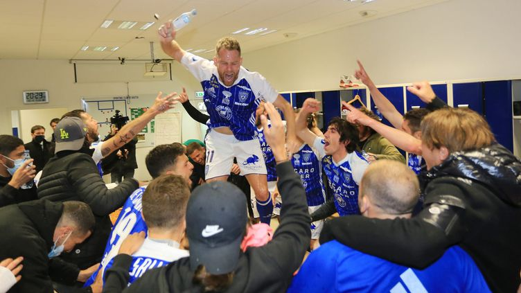 Les joueurs de Bastia après leur victoire 1-0 face au SC Lyon, le lundi 19 avril 2021. (XAVIER GRIMALDI / MAXPPP)