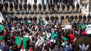 Des manifestants devant l'hôtel de ville d'Oran, en Algérie, le 1er mars 2019. (AFP)