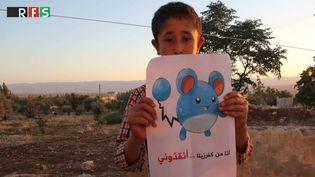 Cette photo d'un enfant syrien avec une pancarte représentant un Pokémon a été posté le 20 juillet 2016 sur Twitter. (RFS / TWITTER)