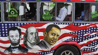 Un minibus kényan affiche une peinture des présidents américains. (SIMON MAINA / AFP)