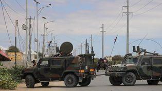 Une route bloquée après que des militants d'Al-Shabaab affiliés à Al-Qaida ontpris d'assaut la base militaire des forces spéciales américaines de Ballidogle, à environ 100 kilomètres au nord-ouest de Mogadiscioen Somalie, le 30 septembre 2019. (SADAK MOHAMED / ANADOLU AGENCY / AFP)