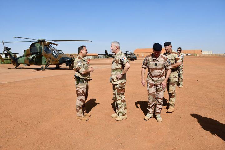 Le Chef d'état major des armées, le général François Lecointre (à droite), lors d'un déplacement à Gao, au Mali, le 12 décembre 2019 (Etat-major des Armées)
