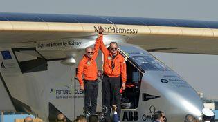 Le pilote suisseAndre Borschberg est accueilli par Bertrand Piccard après l'atterrissage de l'avion solaire Solar Impulse 2, à l'aéroport international du Caire, le 13 juillet 2016. (KHALED DESOUKI / AFP)