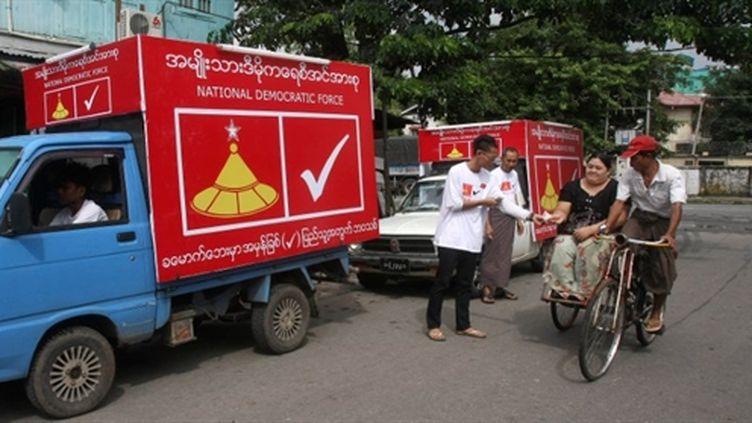 Distribution de tracts pendant la campagne électorale à Rangoun, capitale de la Birmanie (AFP - MYANMAR OUT)