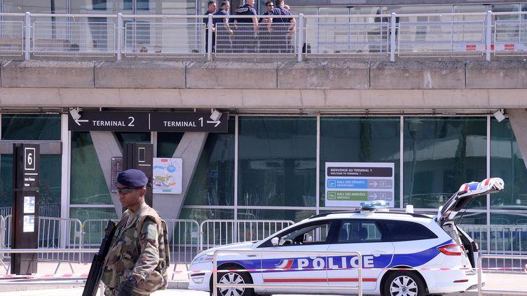 Une patrouille devant l'aéroport Saint-Exupéry à Lyon (Rhône), où une voiture s'est introduit de façon spectaculaire, le 10 septembre 2019. (MAXPPP)