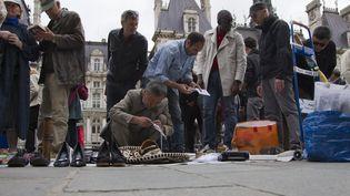 Brocantiers et chineurs place de l'Hôtel de Ville, lors de la brocante organisée par le collectif des Biffins sans place à Paris, le 10 juillet 2012. (CITIZENSIDE.COM / AFP)