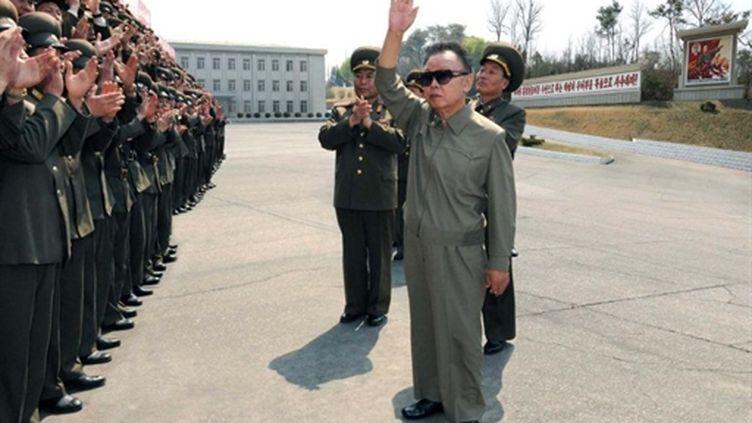 Le dictateur nord-coréen Kim Jong Il passant en revue des troupes à une date inconnue (AFP - Korean Central News Agency (KCNA) via KNS)