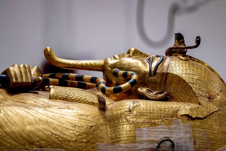 Sarcophage de Toutânkhamon en restauration au musée égyptien de Gizeh. (MOHAMED EL-SHAHED / AFP)