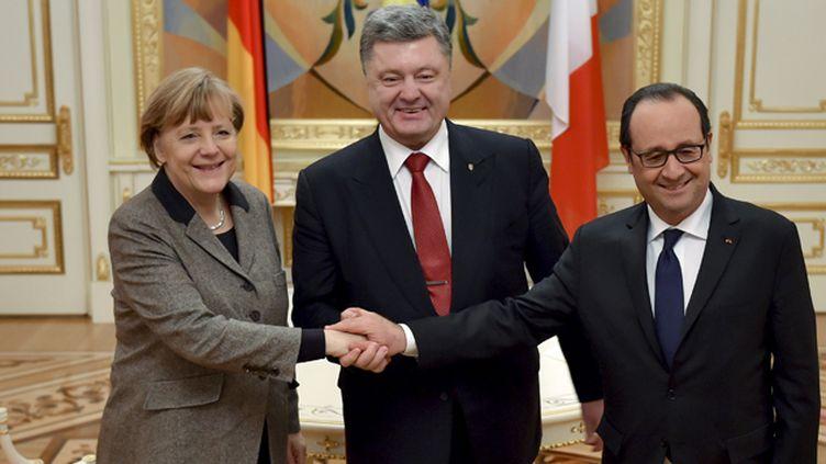 (La chancelière Angela Merkel, le président ukrainien Petro Porochenko et François Hollande © REUTERS/Ukrainian Presidential Press Service/Mikhail Palinchak)