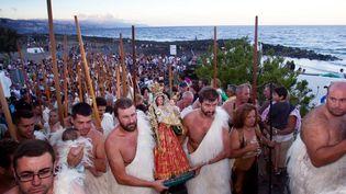 Habitants des îles Canaries portant la tenue des bergers Guanches, population autochtone préhispanique d'origine berbère. Ils participent au pèlerinage de la vierge de Socorro, à Tenerife, le 7 septembre 2013. (DESIREE MARTIN / AFP)
