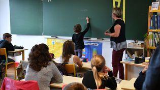 Des élèves lors de la rentrée scolaire à Aytre (Charente-Maritime), le 4 septembre 2017. (XAVIER LEOTY / AFP)