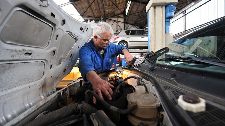 Un rétraité travaille dans un garage à Hérouville-Saint-Clair (Calvados). (MYCHELE DANIAU / AFP)