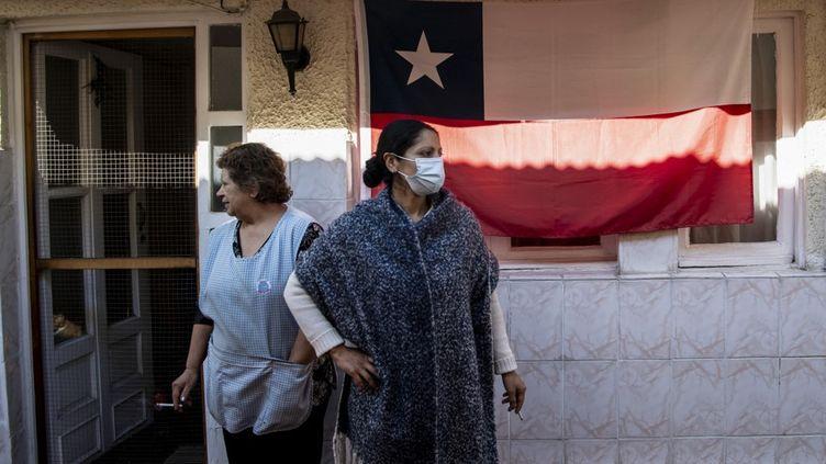 Une famille attend de la nourriture fournie par la municipalité de Santiago, au Chili, le 22 mai 2020. (MARTIN BERNETTI / AFP)