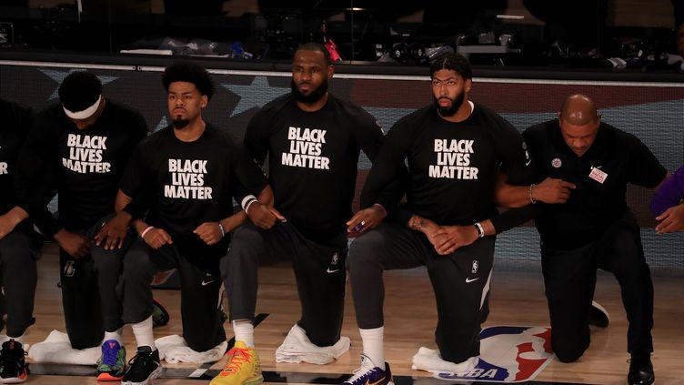 LeBron James et les Lakers unis, genou à terre, pour la reprise de la NBA (MIKE EHRMANN / GETTY IMAGES NORTH AMERICA)