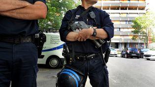 Des policiers de la Direction centrale du renseignement intérieur (DCRI) à la recherche de candidats au jihad en Syrie, à Toulouse, le 3 juin 2014. (THIERRY BORDAS / MAXPPP)