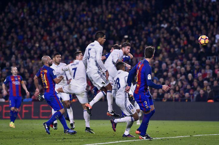 Sergio Ramosmarque le but de l'égalisation lors du match de football deLiga entre le FC Barcelone et le Real Madrid, au Camp Nou, à Barcelone, le 3 décembre 2016. (JOSEP LAGO / AFP)