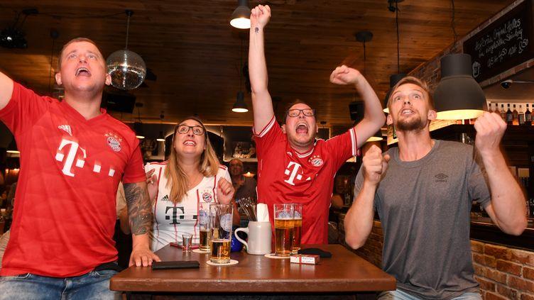 Des supporters du FC Bayern Munich laissent exploser leur joie lors du but de leur équipe contre le PSG en finale de la Ligue des Champions (CHRISTOF STACHE / AFP)